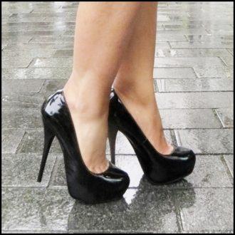 Pumps in zwart van echt lakleer met plateau en stiletto hak