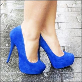 Fel blauwe hoge hakken met stiletto hak en plaform