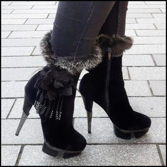 Zwarte fake fur bontlaars met hoge naaldhak