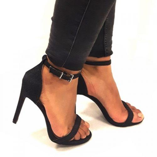 Zwarte spijkerstof hakken met een smal bandje voor en hoge hak