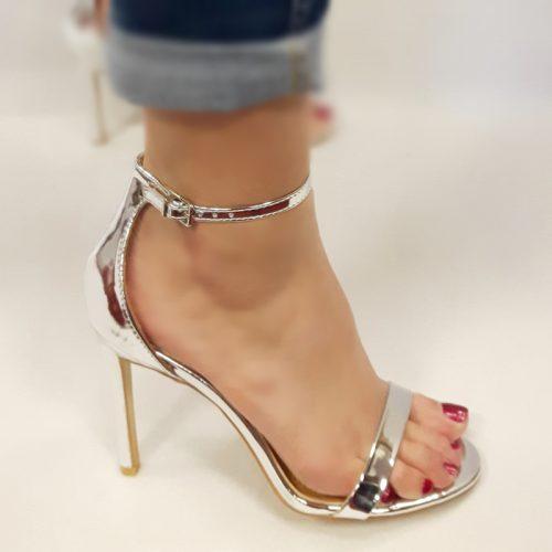Open zilveren schoentjes met hoge naaldhakken