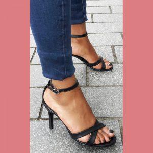 Kleine maat zwarte open schoenen met bandjes en naaldhak