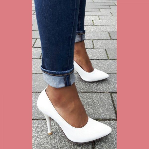 Witte schoenen in kleine maten met naaldhakken en rode zool
