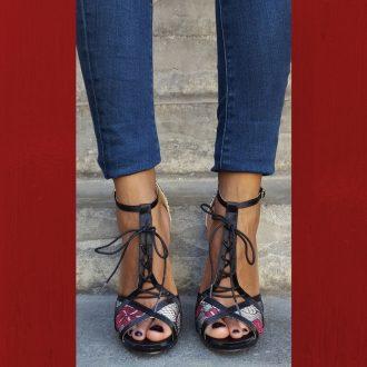 Zwart rode open schoentjes met kantversiering en vetertje voor