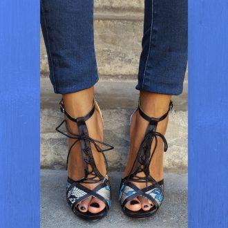 Zwart blauwe open schoentjes met kantversiering en vetertje voor