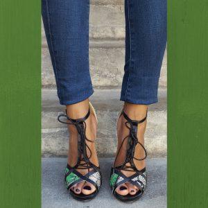 Zwart groene open schoentjes met kantversiering en vetertje voor