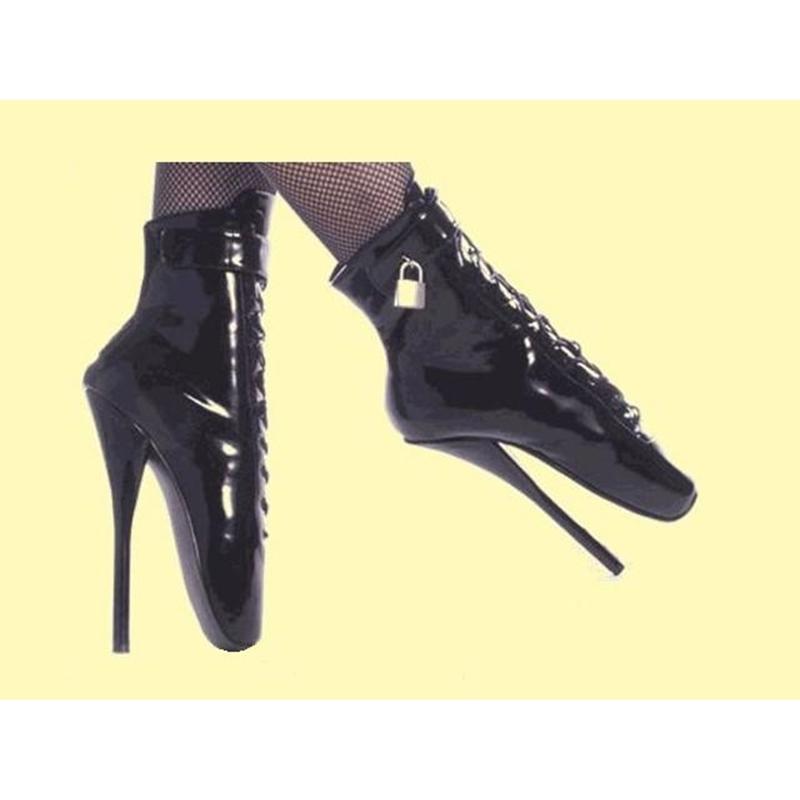 Sexy fetish laarzen in zwart lak met ronde neus en extreme naaldhak