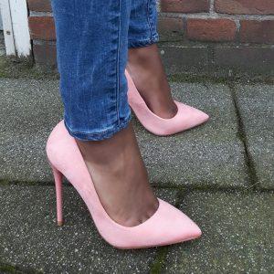 Baby roze pumps met een rode zool en hoge hakken   Silhouette