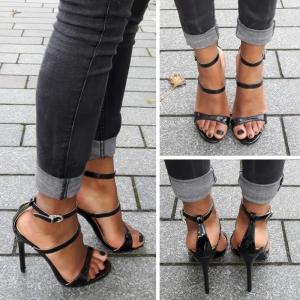 Zwart open schoentje met smalle bandjes over de voet en naaldhakken
