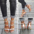 Zilveren open schoentje met smalle bandjes over de voet en naaldhakken
