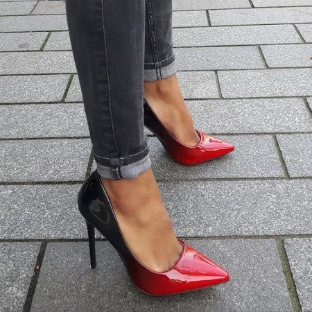 Two tone pump met kleurverloop van rood naar zwart en stiletto hakken