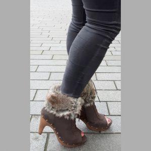 Donkerbruine korte laarzen met veters voor en bontversiering | Silhouette