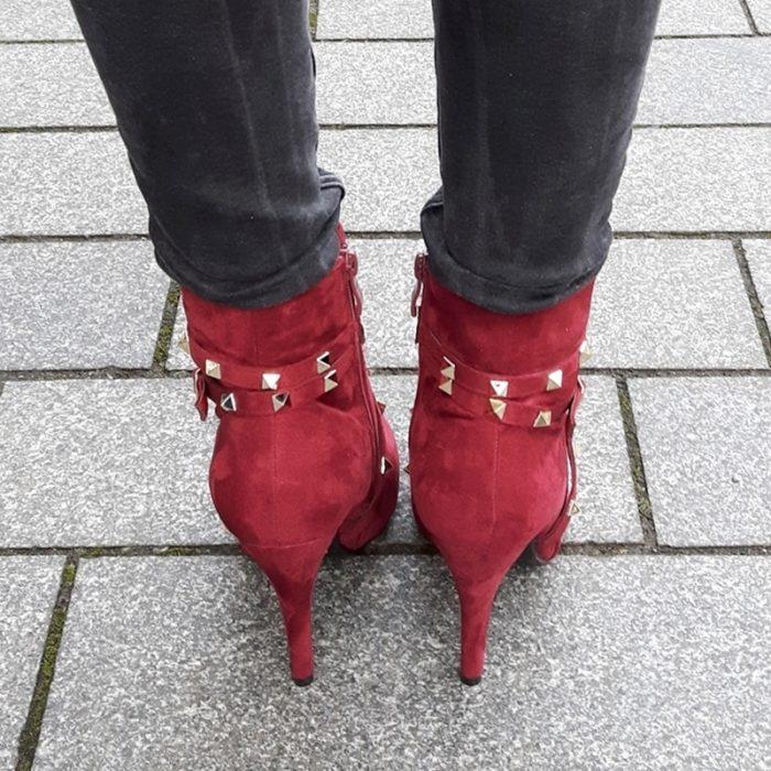Goedkope bordeaux rode laarzen met studs en hoge hakken   Silhouette
