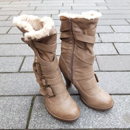 Beige bontlaarzen met stevige hoge hakken en ronde neus | Silhouette