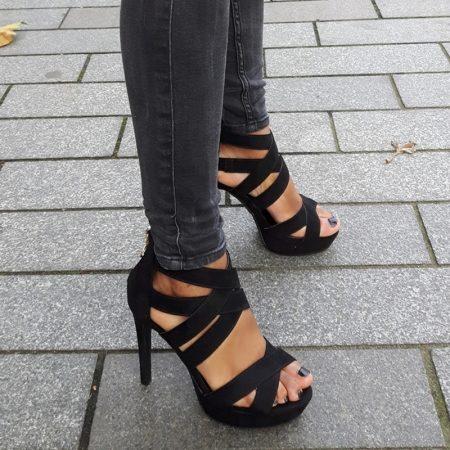 Zwarte sandaal met banden over de voet, plateau en hoge hakken
