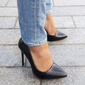 Klassieke stiletto pumps in zwart leer look met hoge naaldhakken