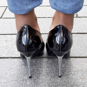 Klassieke spitse pump met metalen stiletto hak in zwart
