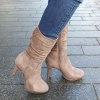 Beige driekwart laarzen met ronde neus en naaldhakken   Silhouette