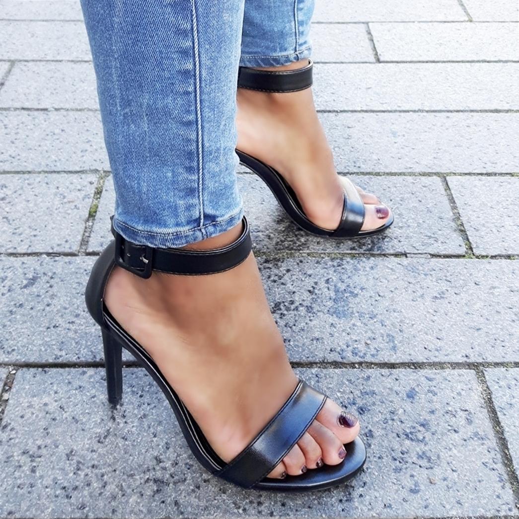 Simpele zwarte sandaaltjes met naaldhak en subtiele glans   Silhouette
