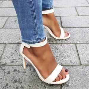 Simpele ivoor witte sandaaltjes met naaldhak en subtiele glans | Silhouette