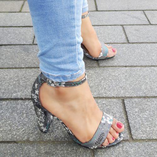Grijs satijnen sandaaltje met blokhak en aziatische print | SILHOUETTE