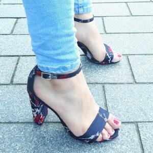 Marineblauw satijnen sandaaltje met aziatische print en blokhak