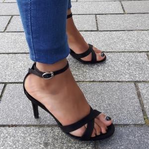 Open schoenen in kleine maten met naaldhak en kruisbanden voor