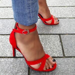 Rode open schoenen in kleine maten met kruisbanden en naaldhak