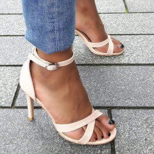 Nude open schoenen in kleine maten met kruisbanden en naaldhak