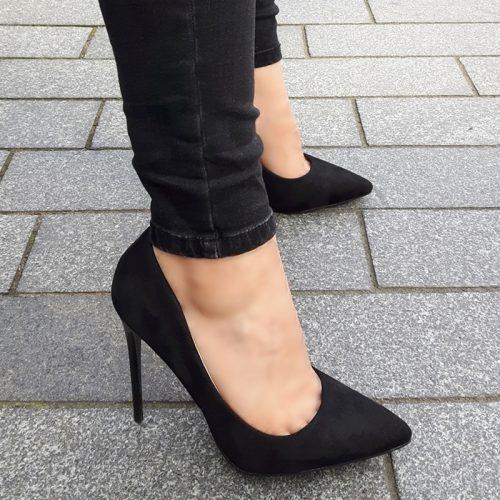 Klassieke stiletto pumps in zwart suède look met hoge naaldhakken
