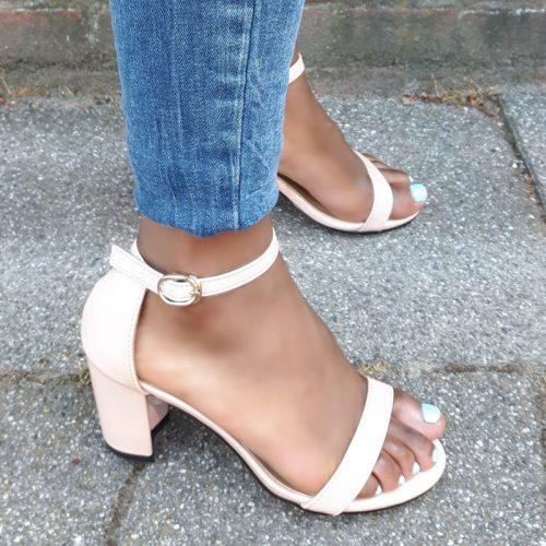 Nude lak sandaaltje in kleine maten met brede hak | Nude sandaaltjes met brede hak kleine maat