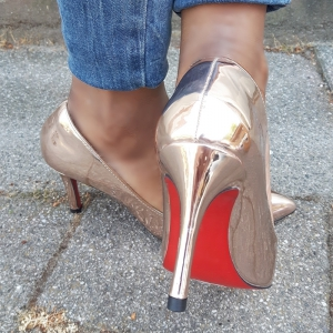 Metallic pumps in rosé goud in kleine maten met rode loopzool | Silhouette