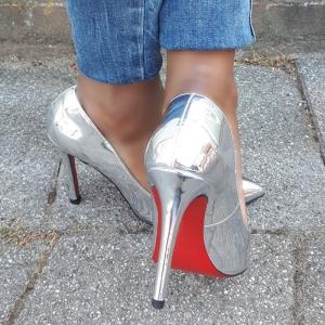 Zilveren metallic pumps in kleine maten met rode loopzool | Silhouette