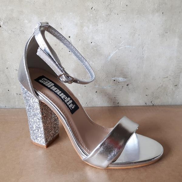 Feestschoenen in zilver met glitters op de hak en enkelbandje