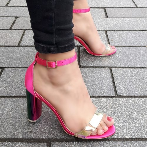 Fuchsia roze blokhakken met doorzichtig bandje over de tenen