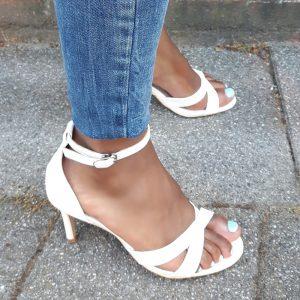 Kleine maat witte damessandalen met hak en kruisbanden over de voet | Silhouette