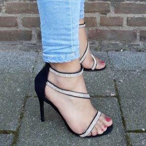 Strass sandalen met hakken in zwart suède look? Zwarte strass hakken vind je hier!