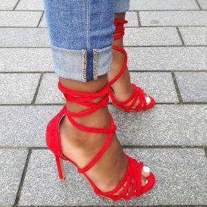 Rode stiletto sandaletten met smalle bandjes en lange veters
