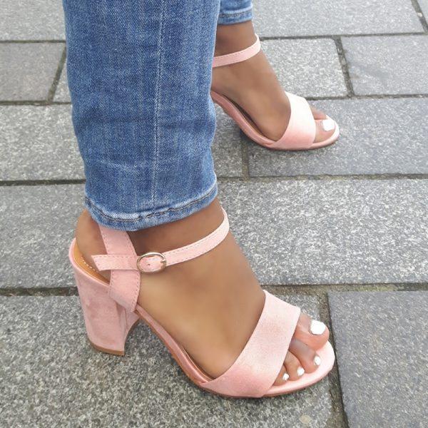 Lichtroze sandaal met blokhak en bandje over de wreef | Lichtroze open schoenen