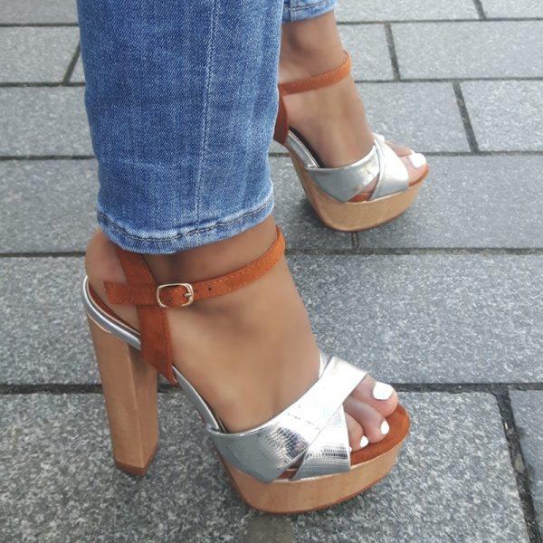 Sandalen met houten zool en blokhak en kruisbanden voor in zilver | Silhouette