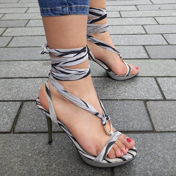 Grijs wikkelbanden sandaaltje met naaldhakken | Grijze sandaaltjes met banden