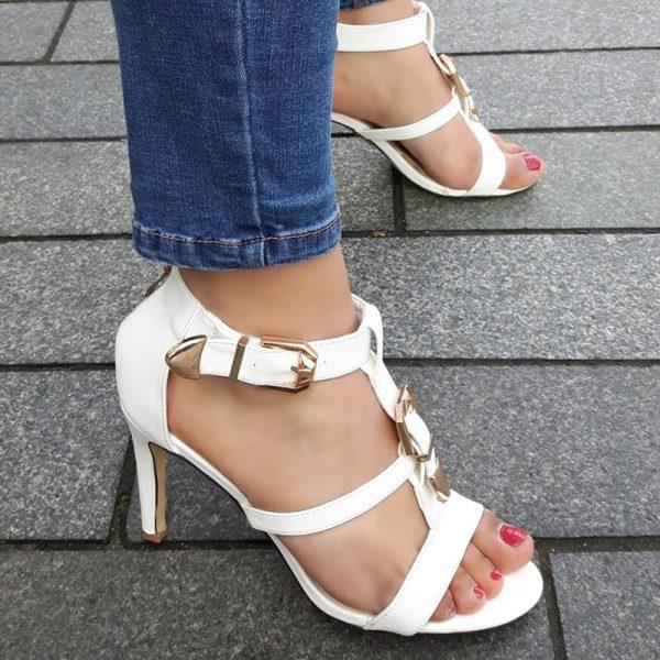 Witte sandalen met hoge hak en gouden gesp op de voet | Silhouette Hoge Hakken