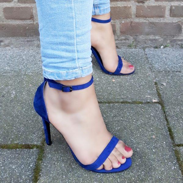 Kobaltblauwe hakken met smalle bandjes en naaldhak | Royal blue heels