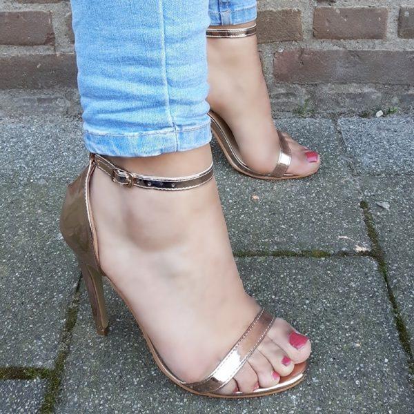Rose gouden hakken met smalle bandjes en naaldhak | Rose gold heels