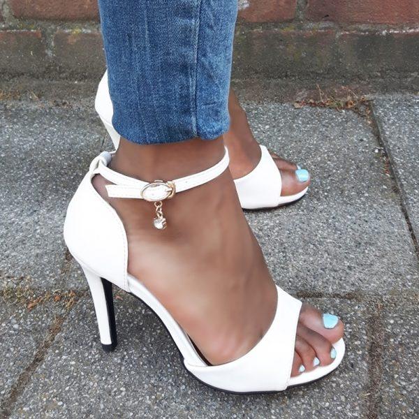Witte hakken 9 cm in kleine maten   Witte sandaletten maat 35 en kleiner