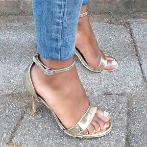 Kleine maat gouden open schoenen met naaldhak en bandjes | Silhouette