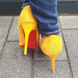 Spitse gele pumps met rode zool en naaldhakken | Gele hoge hakken