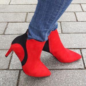Rode enkellaarsjes met naaldhak | Rood met zwarte laarsjes met hak