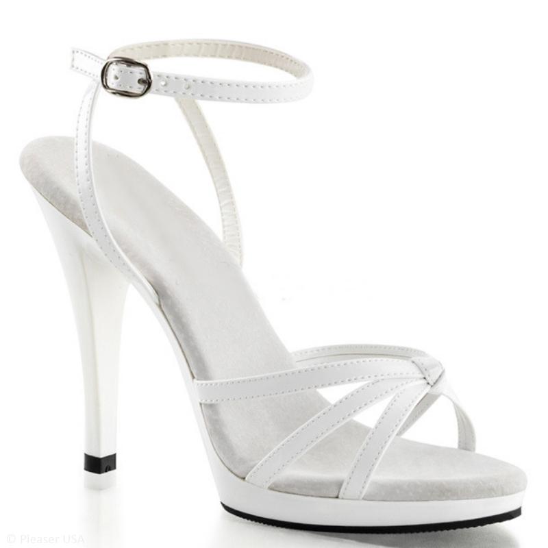 Wit lak sandaaltje met naaldhakken