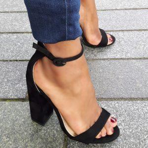 Zwarte sandaaltjes met hooggesloten hiel en stevige hak | Silhouette